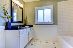 Salle de bains verte et blanche classique. Photographie stock