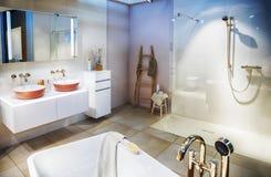 Salle de bains vide moderne photo stock