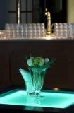 Salle de bal d'hôtel avec des tables lumineuses et un élément de bar Image stock