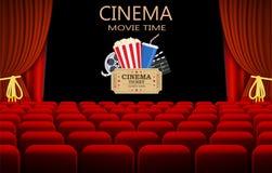 Salle de cinéma avec la rangée des sièges rouges Image stock