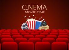 Salle de cinéma avec la rangée des sièges rouges Photographie stock libre de droits