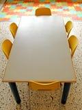 Salle de classe avec la table et petites chaises dans le jardin d'enfants Photo libre de droits