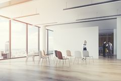 Salle de classe de bureau, chaises colorées, coin, femme Image stock