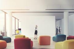 Salle de classe de bureau de fauteuils de Clored, femme Image libre de droits