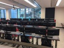 Salle de classe d'université avec des ordinateurs sur chaque bureau Photo libre de droits