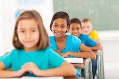 Salle de classe primaire d'étudiants photos libres de droits