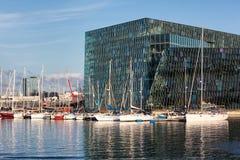 Salle de concert de Harpa avec des voiliers, Reykjavik, Islande Image libre de droits