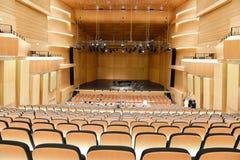 Salle de concert moderne avec le piano sur le centre de la scène Photo stock