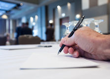 Salle de conférence avec des tables avec la main Photos stock
