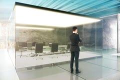Salle de conférence avec l'homme d'affaires Image stock