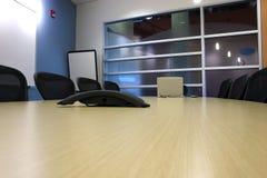 Salle de conférence avec un ordinateur portatif et un PDA sur la table Images stock