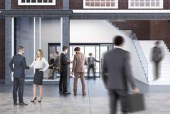 Salle de conférence dans un bureau avec un escalier, hommes Photos libres de droits