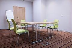 Salle de conférence gratuite avec le flipchart, table, chaises, murs bleus plancher avec le tapis Photo libre de droits