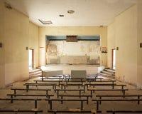 Salle de conférence militaire ruinée près de Paris Image stock