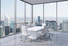 Salle de conférence panoramique dans le bureau moderne à New York City Chaises blanches et une table blanche Photographie stock libre de droits