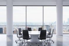 Salle de conférence panoramique dans le bureau moderne, vue de New York City Chaises noires et une table ronde blanche Images stock