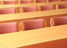 Salle de conférence vide avec les chaises en bois faisant face à l'avant Photos stock