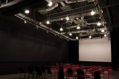 Salle de conférences avec les chaises rouges Image stock