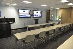 Salle de conférences et sièges de pièce de séminaire de réunion d'étudiant d'affaires avec les écrans vides de TV à l'université Photographie stock libre de droits