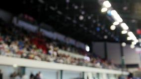 Salle de gymnastique avec des spectateurs de personnes - De-focalisés, fond banque de vidéos