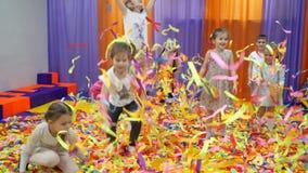 Salle de jeux du ` s d'enfants Exposition de papier pour des enfants banque de vidéos