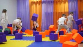 Salle de jeux du ` s d'enfants Jeu avec des cubes en mousse clips vidéos