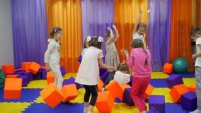 Salle de jeux du ` s d'enfants Jeu avec des cubes en mousse banque de vidéos