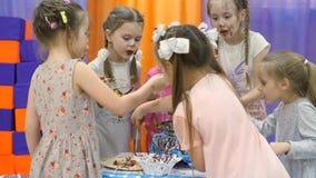 Salle de jeux du ` s d'enfants Les enfants mangent du chocolat d'une fontaine de chocolat banque de vidéos