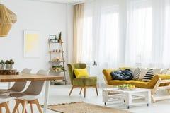 Salle de séjour élégante images stock