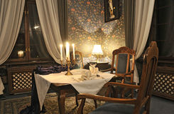 Salle de séjour élégante avec la bougie sur la table Images libres de droits