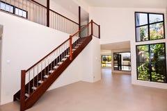 Salle de séjour avec l'escalier photographie stock libre de droits