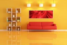 Salle de séjour avec la bibliothèque et le sofa en cuir rouge Photo libre de droits