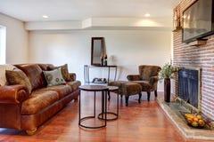 Salle de séjour avec la cheminée et la TV Image stock