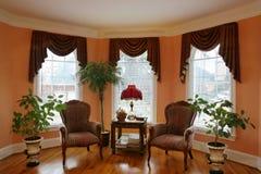 Salle de séjour avec la fenêtre en saillie photos libres de droits