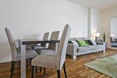 Salle de séjour avec la table dinante Image stock