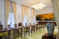 Salle de séjour avec la table pour le dîner Photos libres de droits