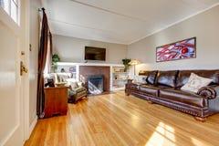 Salle de séjour avec le sofa, la cheminée et la TV en cuir. Images stock