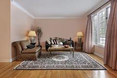 Salle de séjour avec les étages en bois Photographie stock libre de droits