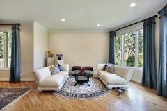 Salle de séjour dans la maison suburbaine Photo stock
