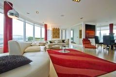 Salle de séjour de luxe d'appartement terrasse Images stock