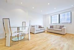 Salle de séjour moderne avec deux sofas et zone dinante Photographie stock libre de droits