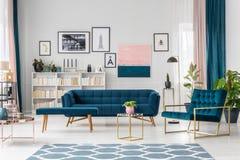 Salle de séjour moderne avec le sofa Image stock