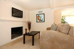 Salle de séjour simple avec la TV et la cheminée. Images libres de droits