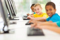 Salle des ordinateurs d'étudiants Photos stock