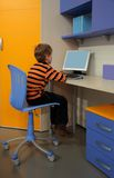 salle des ordinateurs d'enfants de garçon s image stock