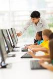 Salle des ordinateurs de professeur images libres de droits