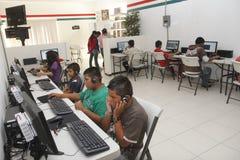 Salle des ordinateurs donnée par Rotary International Image libre de droits