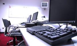 Salle des ordinateurs vide Photo libre de droits