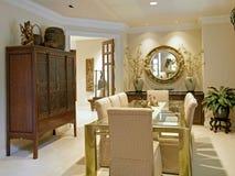 Entr e la maison de luxe de vestibule photos libres de for Salle a manger de luxe