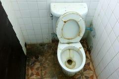 Salles de bains et vieille cuvette de toilettes sale Photo libre de droits
